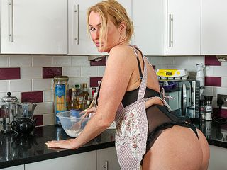 Brit Cougar with supreme bum gets bare during cooking and milks