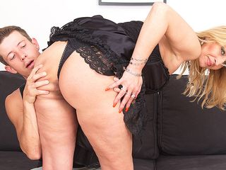 Insatiable crimson housewife romping and deepthroating