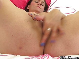 Brit cougar Amber gives her thirsty fanny what it needs