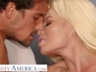 """Naughty America- Nikki Delano gets sperm donated by student"""