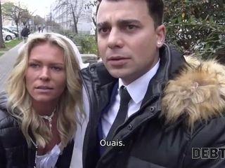 'DEBT4k. Une femme salope trompe son mari pour de l'argent devant lui'