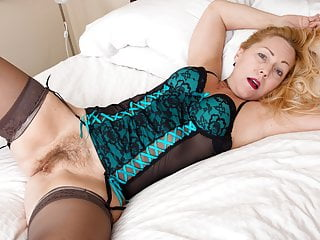 USA gilf Justine gives her furry cootchie a handle