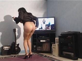 Cougar danse seins nus sous sa veste
