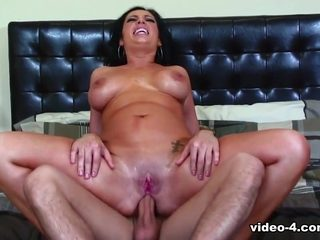 Luscious Vannah spreads her big booty for anal sex - Fhuta