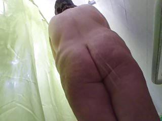 Nourisher femme filmee discretement sous wheezles redness
