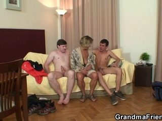Sexy trio with 2 males and hawt mamma