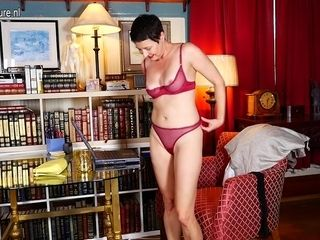 Horny American Housewife Playing With Herself In Front Of Her Laptop - MatureNL