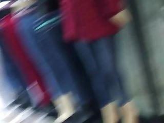 Chinita culona en jeans apretado
