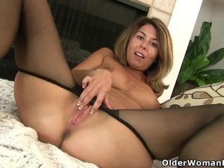 Yankee cougar Christina gives her fuckbox a exercise