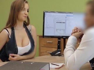 'LOAN4K. Il marito non ha idea che la sua donna se la stia cavando con un impiegato di banca'