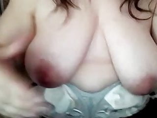 She moves her big boobs - Elle bouge ses gros nichons