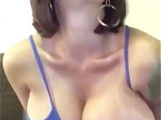 Titty porca si tocca davanti alla telecamera e gode see eye to eye suit