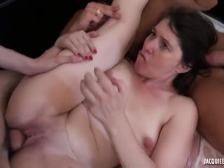 Raven Milf wants to few cocks