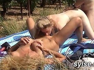2 amatrices mummies et le puceau dans les vignes